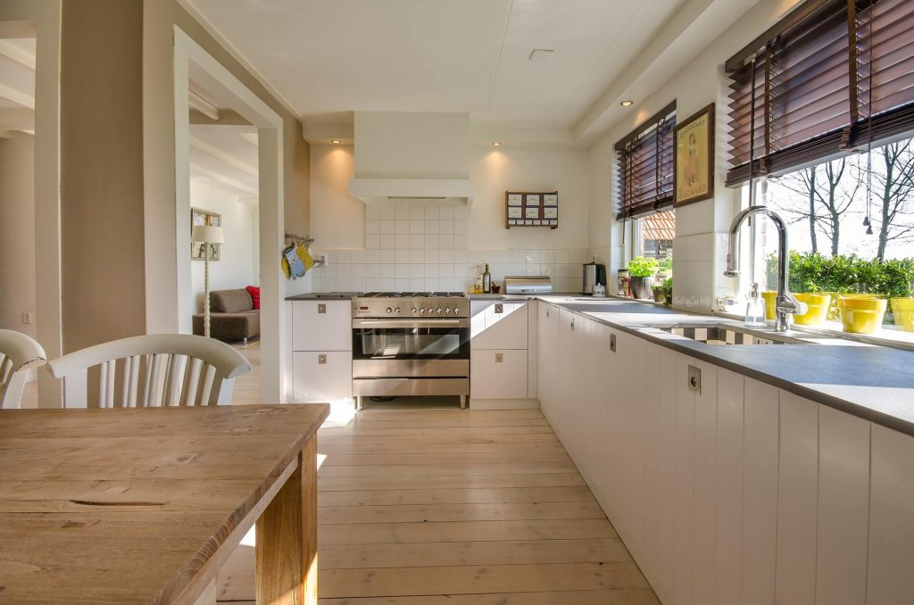 Een strakke keuken met greeploze kastjes